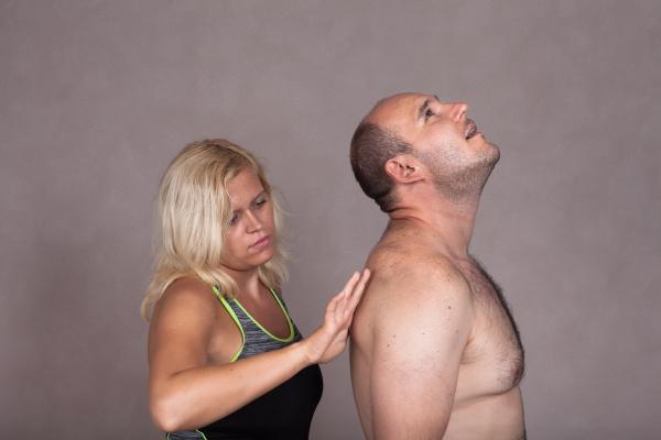 frau gibt massage zu nackten mann