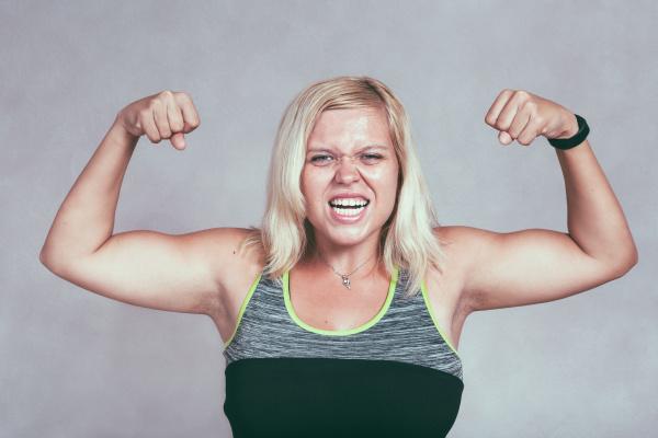 starke muskuloese sportliche frau die muskeln