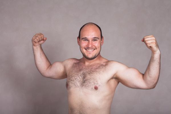 gluecklicher hemddruck mann posieren und zeigt