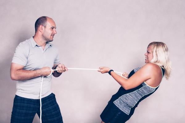 sportlich entschlossene frau und mann ziehen