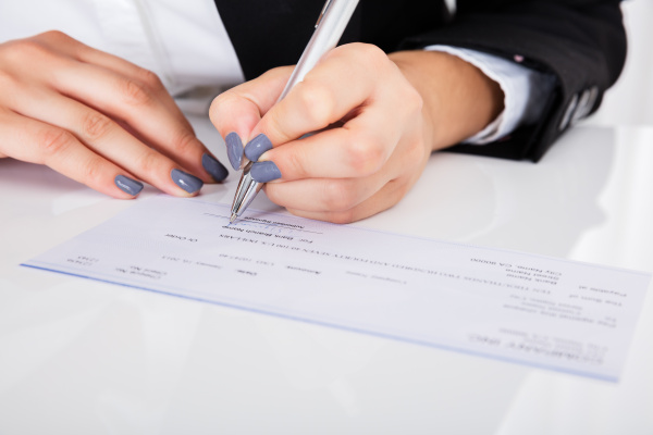 person hand unterzeichnung scheck