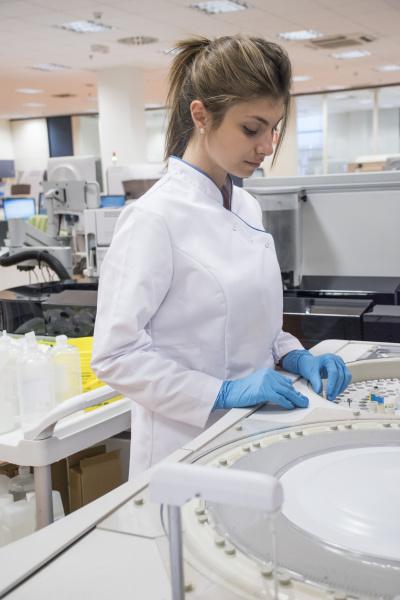 labortechniker im analyselabor mit autoanalysator