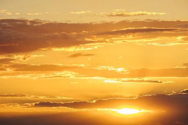sonnenuntergang orangefarbener himmel mit wolken gegen