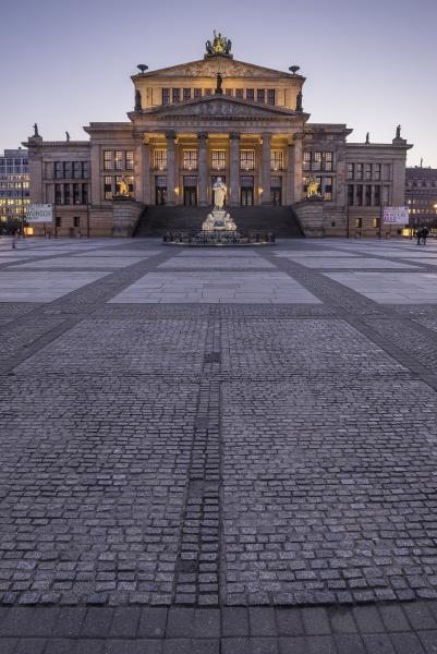 deutschland berlin blick auf beleuchtetes konzerthaus