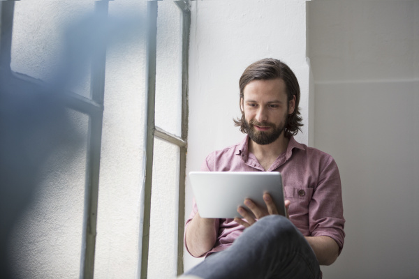 mann, sitzt, mit, digitalem, tablet, auf - 19326863