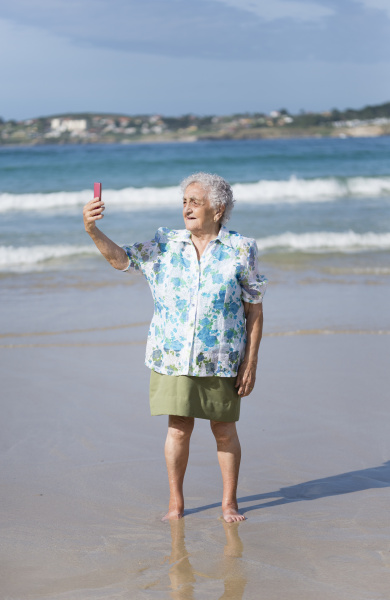 aeltere frau selfie auf dem strand