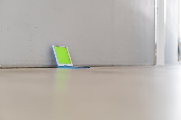 digitales tablet mit gruenem bildschirm auf