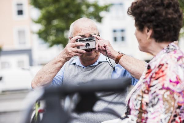 senioren mann fotografiert seine frau
