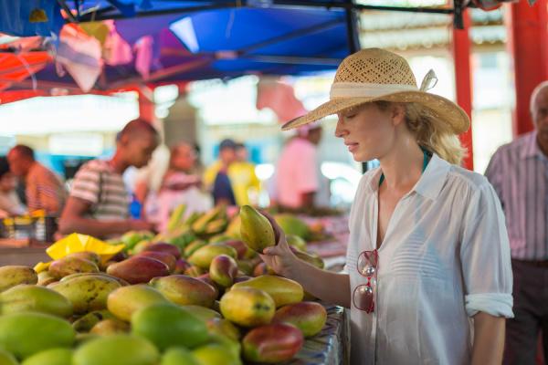 reisende einkaufen auf traditionellen victoria lebensmittelmarkt