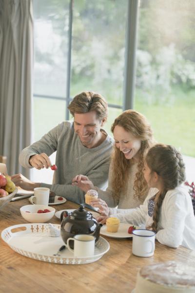 familie kleine kuchen und obst am