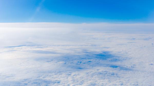 wolken aus dem flugzeugfenster hoehe von