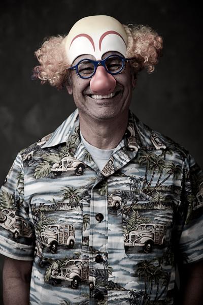 portrait eines aelteren mannes clown maske