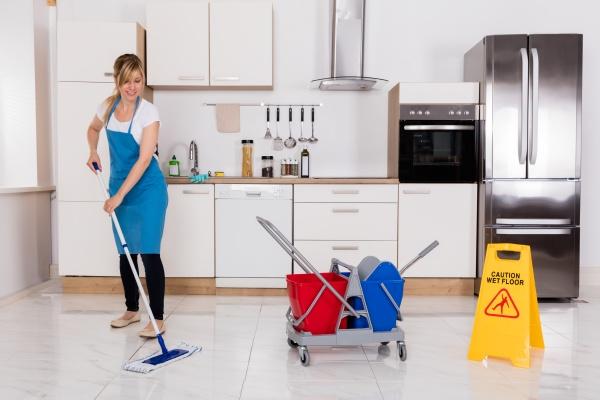 frauen reinigungs kueche fussboden mit mopp