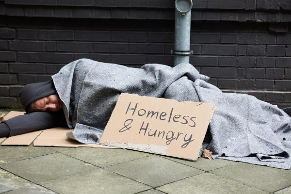 obdachlose und hungry man sleeping