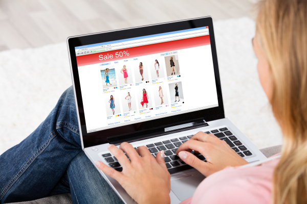 junge frau online shopping auf laptop