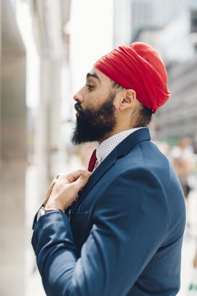 indian businessman bindung krawatte in der