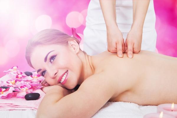 frau empfangen rueckenmassage in spa