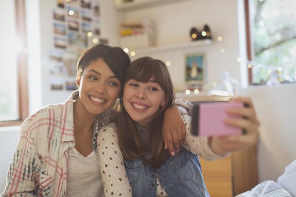 begeisterte junge frauen freunde selfie mit