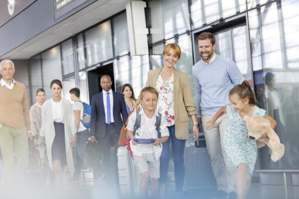 familie gehen und laufen in flughafenhalle