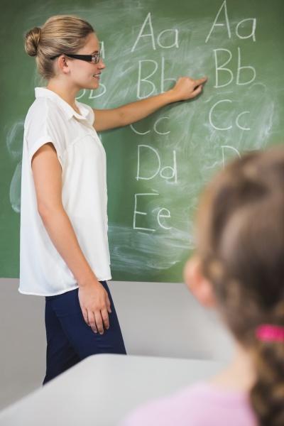 laechelnde unterrichtende kinder des lehrers auf