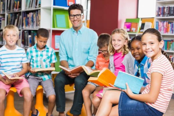 lehrer und kinder lesen buch in