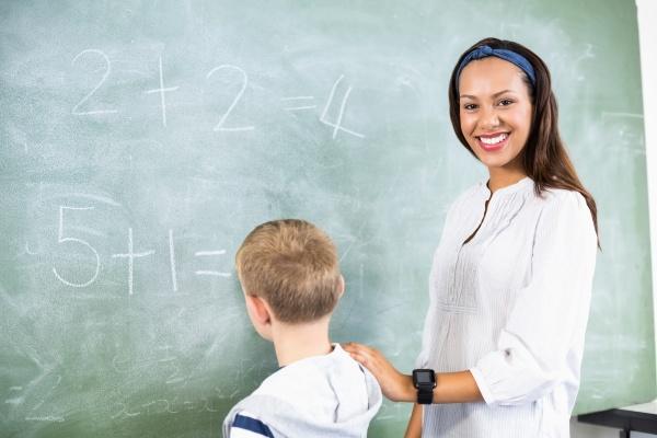 laechelnder lehrer unterstuetzen junge zusaetzlich auf