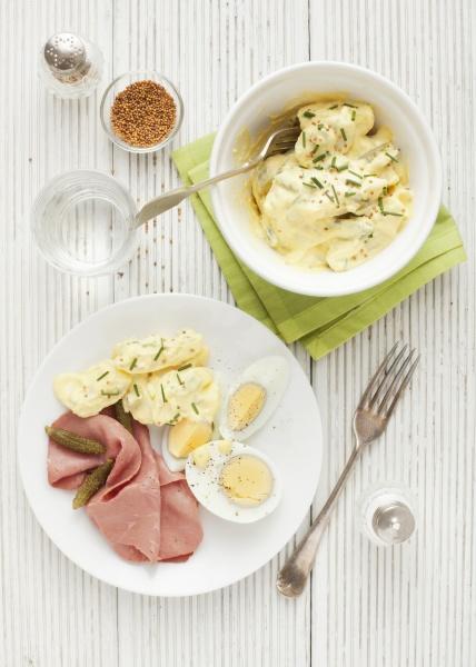kartoffelsalat mit pastrami hartgekochten eiern und