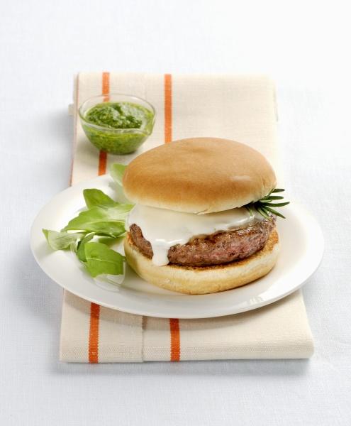 ein hamburger mit scamorza und basilikumpesto