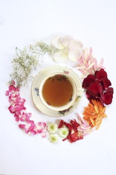 eine tasse tee mit verschiedenen blumen