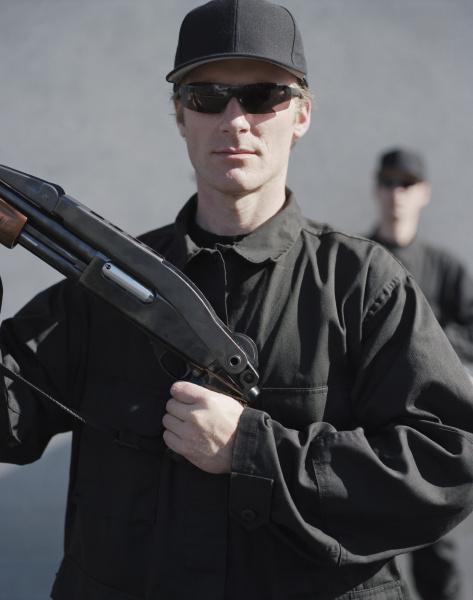 maenner in spezialeinheiten halten hochleistungs schrotflintengewehr