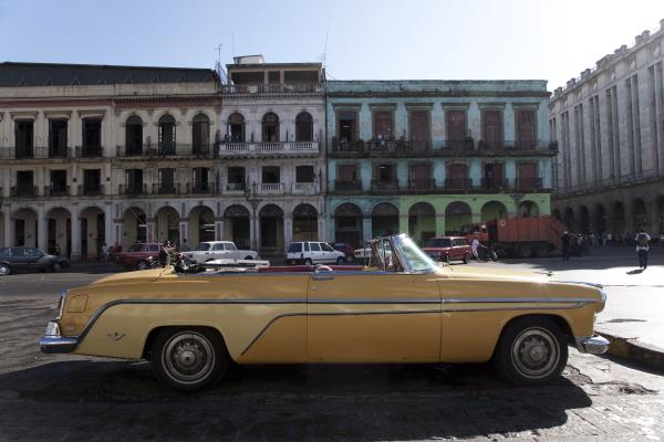 altes auto ausserhalb des capitolio havana