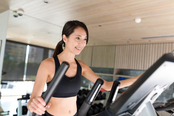 sport frau ausbildung auf elliptische maschine