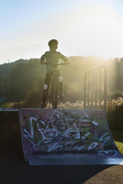 junge mit mountainbike an der rampe