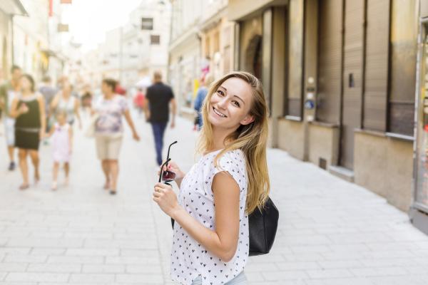 OEsterreich salzburg glueckliche frau auf einkaufstour