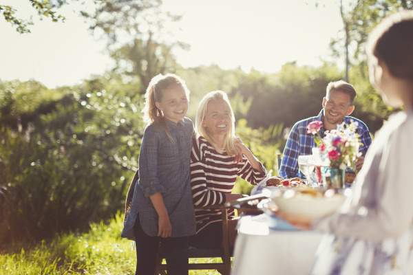 glueckliche familie geniessen mittagessen bei sonnigen