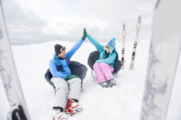 italien suedtirol seiseralm paar im schnee