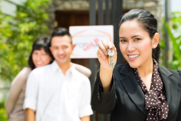 asiatische paare die nach immobilien suchen