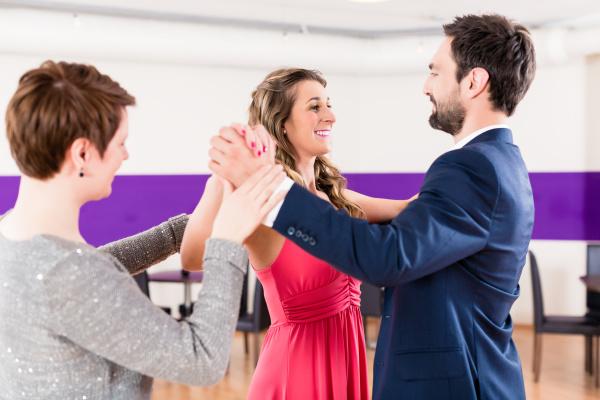 instruktor in der tanzschule mit paar