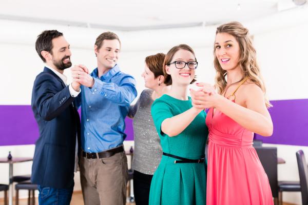 tanzlehrer mit schwulen paaren im tanzkurs