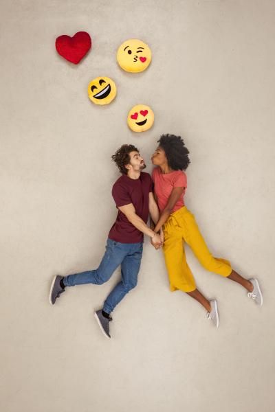 glueckliches paar verliebt in emojies ueber