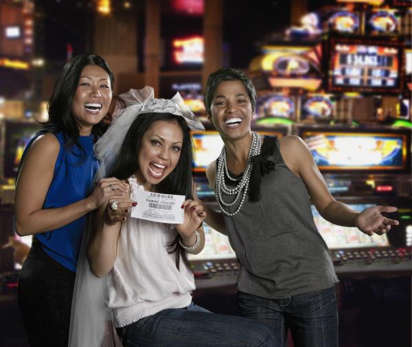 aufgeregte frauen mit spielgutschein im casino