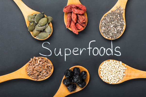 superfoods text mit zutaten in einem
