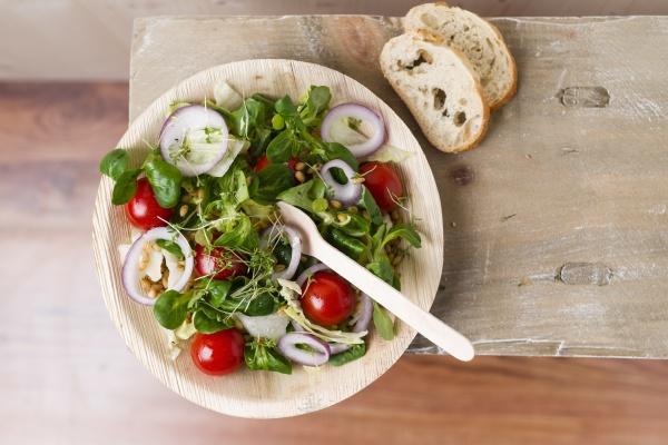 veganer salat einkornweizen tomaten lammsalat rote