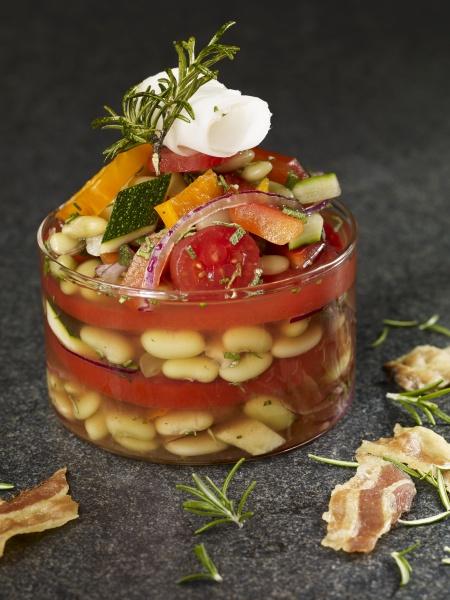 tomaten und bohnensuppe im glas