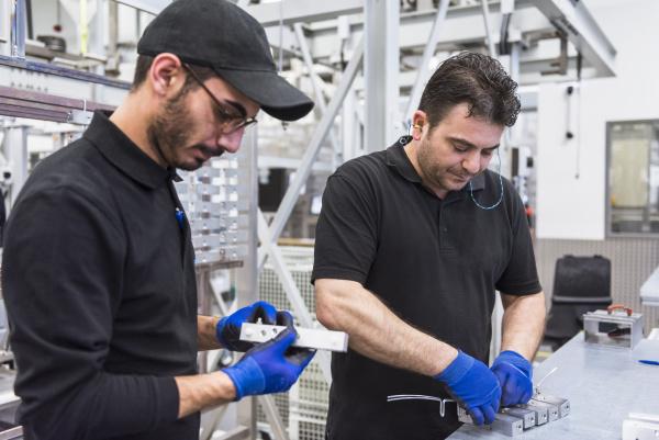 zwei maenner die im fabrikarbeitsboden arbeiten