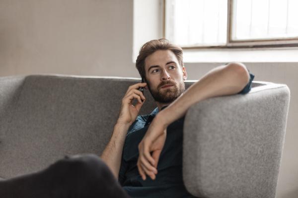 portrait des jungen mannes am telefon