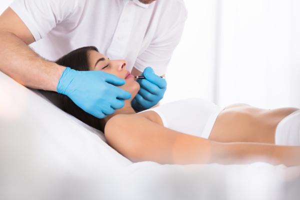 cosmetologist der dauerhaft make up auf