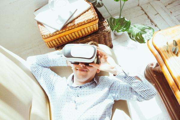 der mann mit brillen der virtuellen