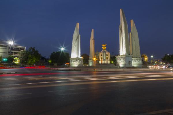 demokratiedenkmal in der daemmerung bangkok thailand