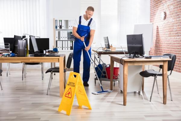maennliche janitorreinigung mit mop